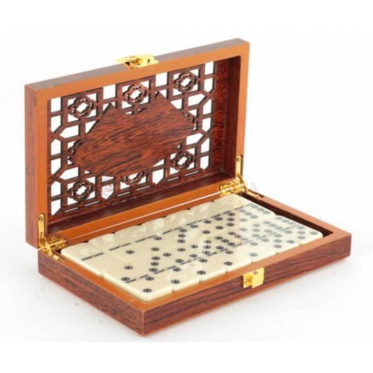 Домино в деревянной коробке