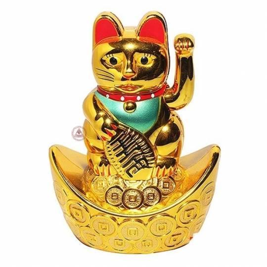 Манэки-нэко на золотом слитке