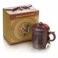 Глиняная чашка с крышкой в подарочной коробке